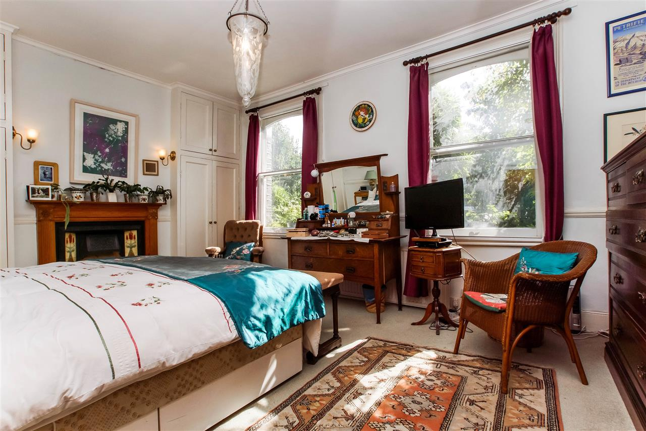 4 bed house for sale in Hugo Road, London 5