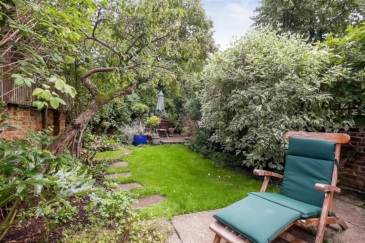 5 bed house for sale in Huddleston Road, London 18