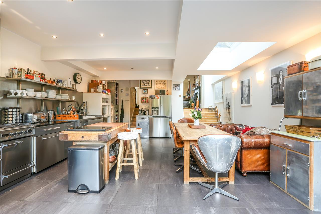 5 bed house for sale in Tabley Road, London 8