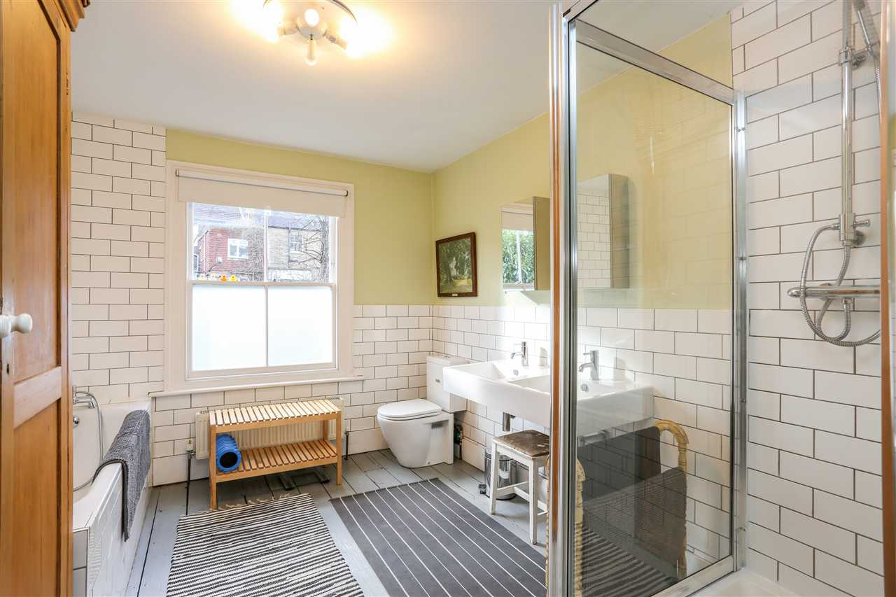 5 bed house for sale in Huddleston Road, London 12