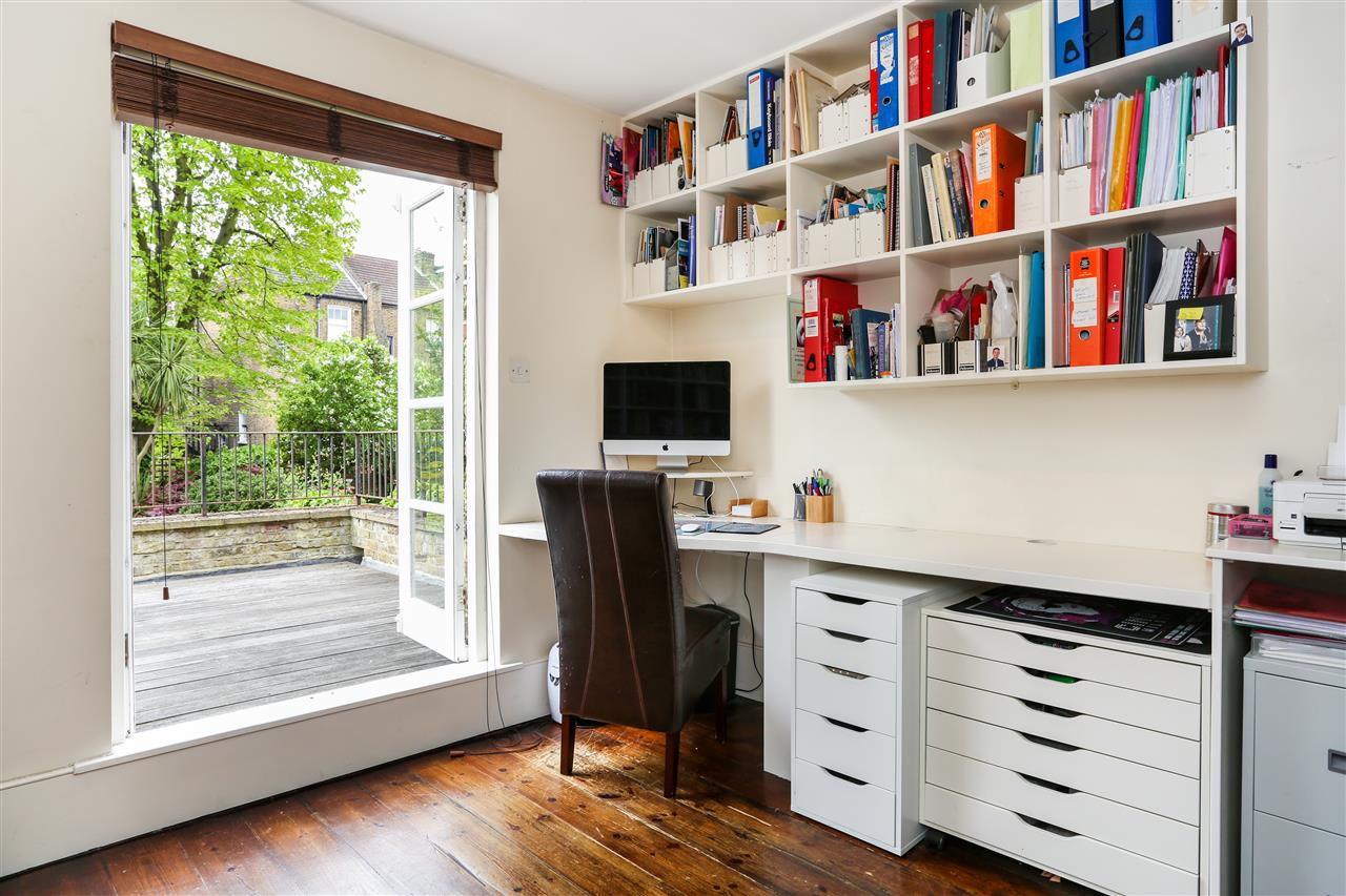 4 bed house for sale in Huddleston Road, London 11
