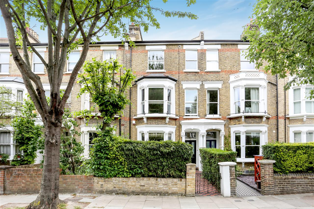 4 bed house for sale in Huddleston Road, London 12