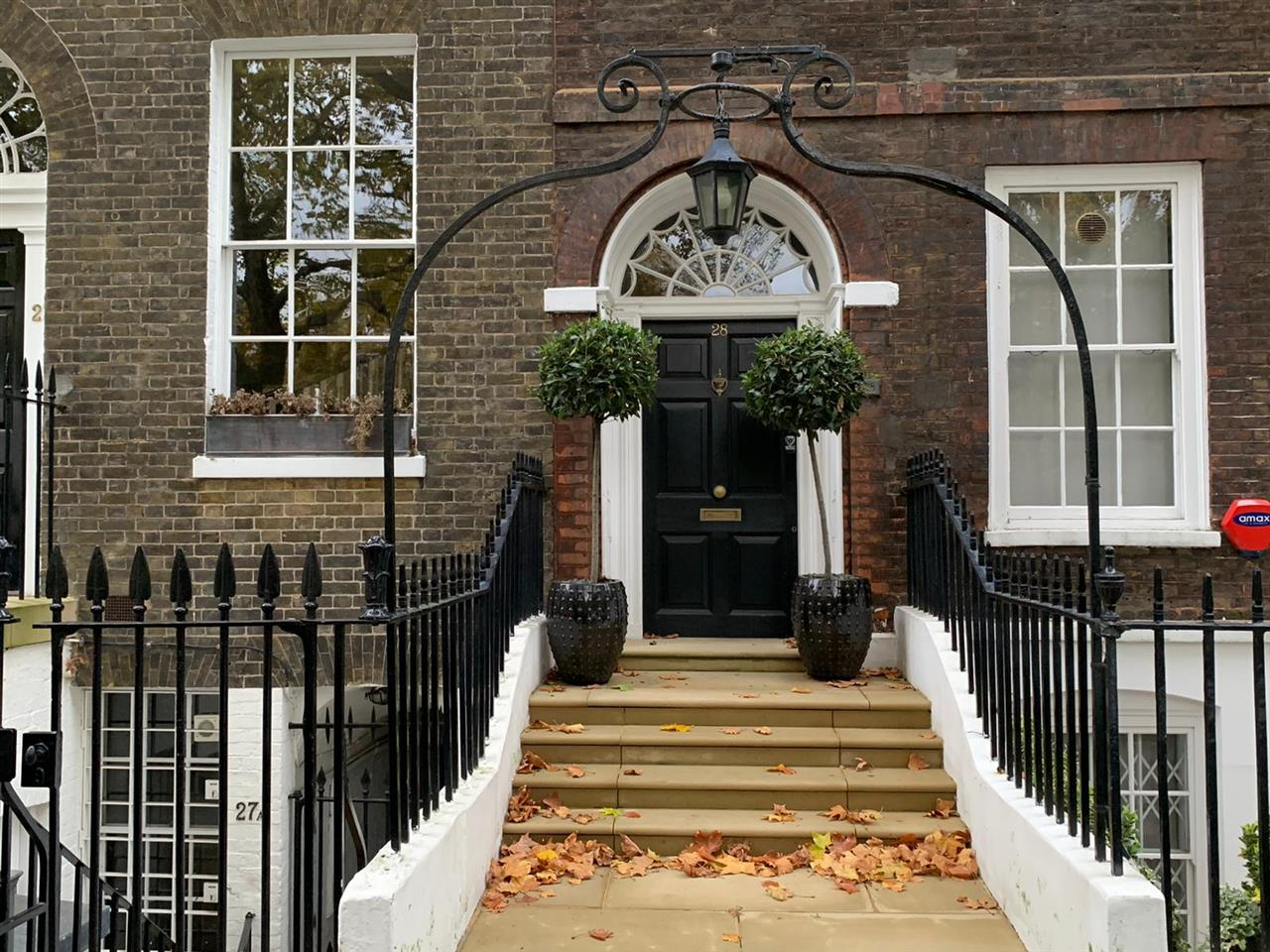 3 bed apartment to rent in Kensington Square, London, W8