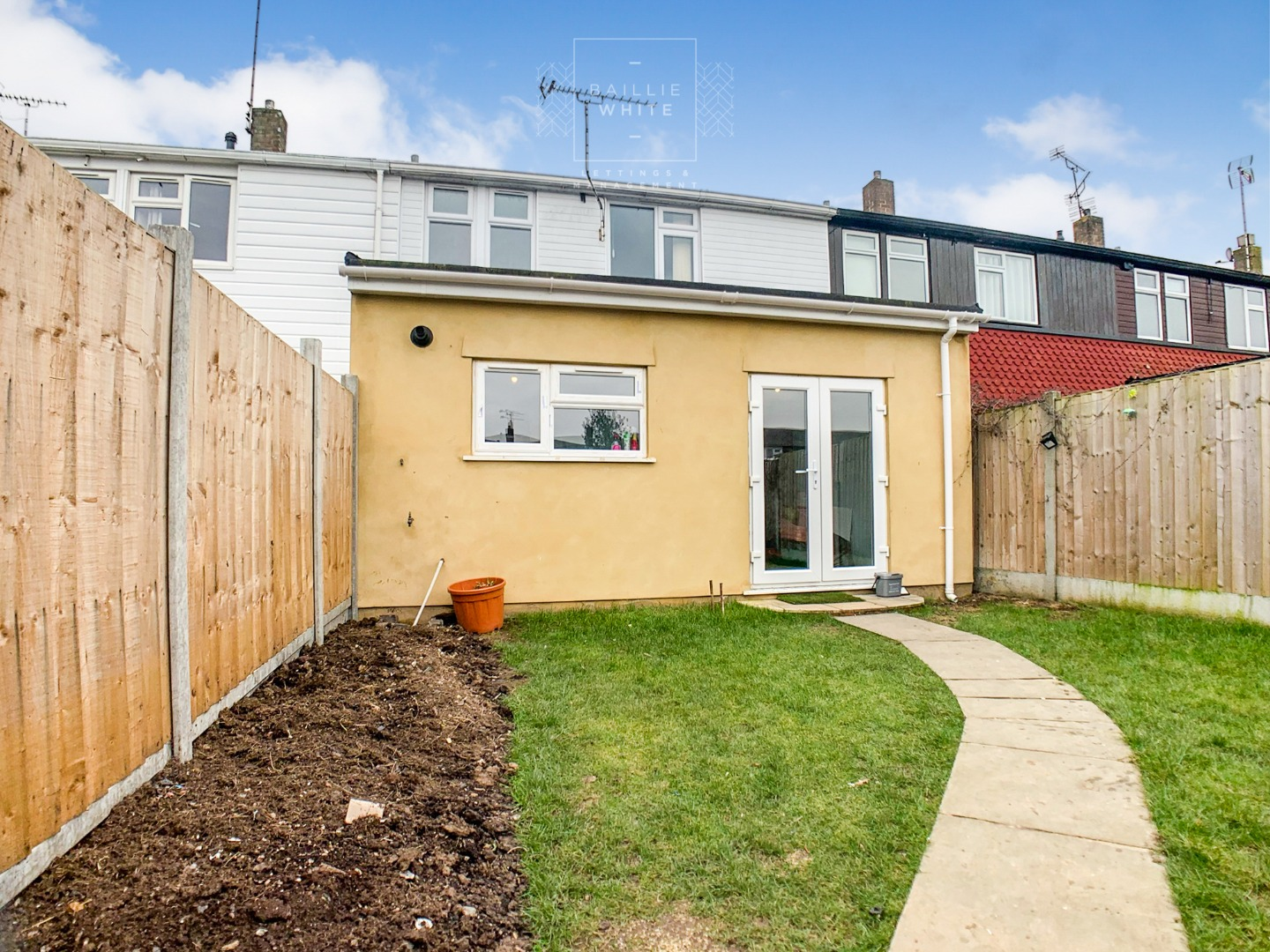 3 bed house to rent in Mynchens, Laindon 3