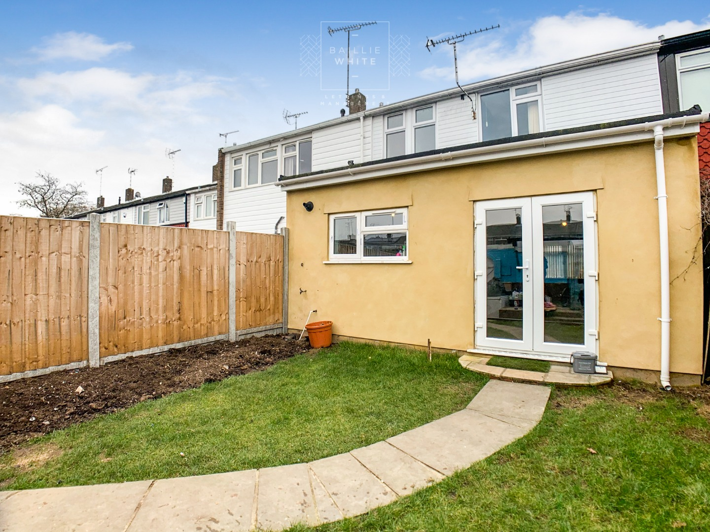 3 bed house to rent in Mynchens, Laindon 4
