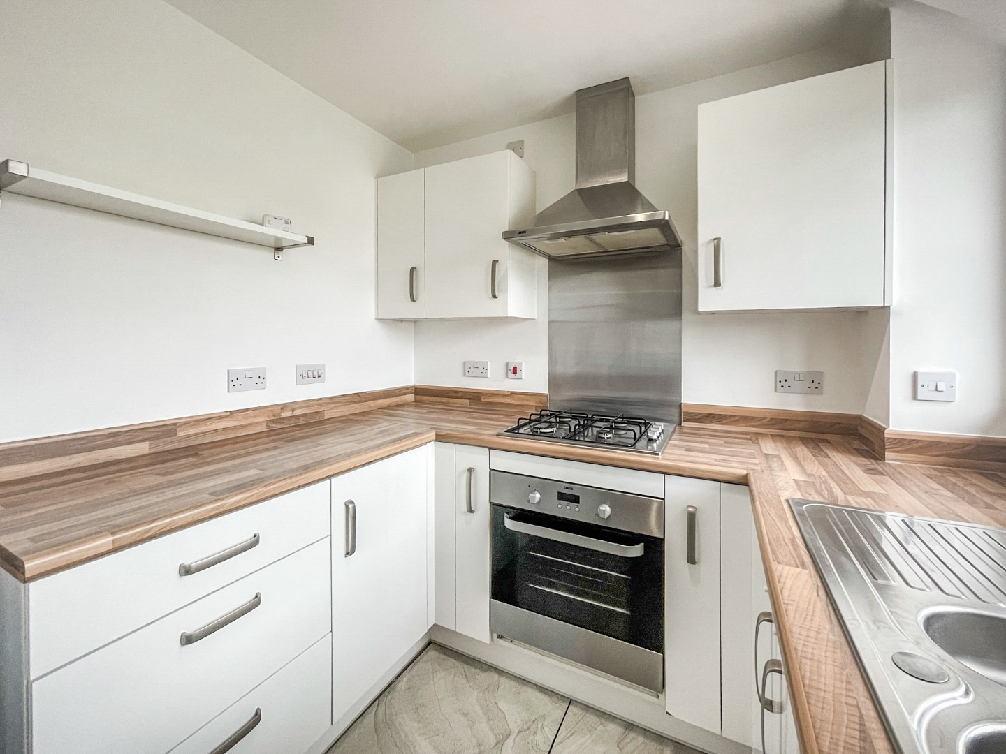 2 bed apartment to rent in Warwick Crescent, Laindon 3