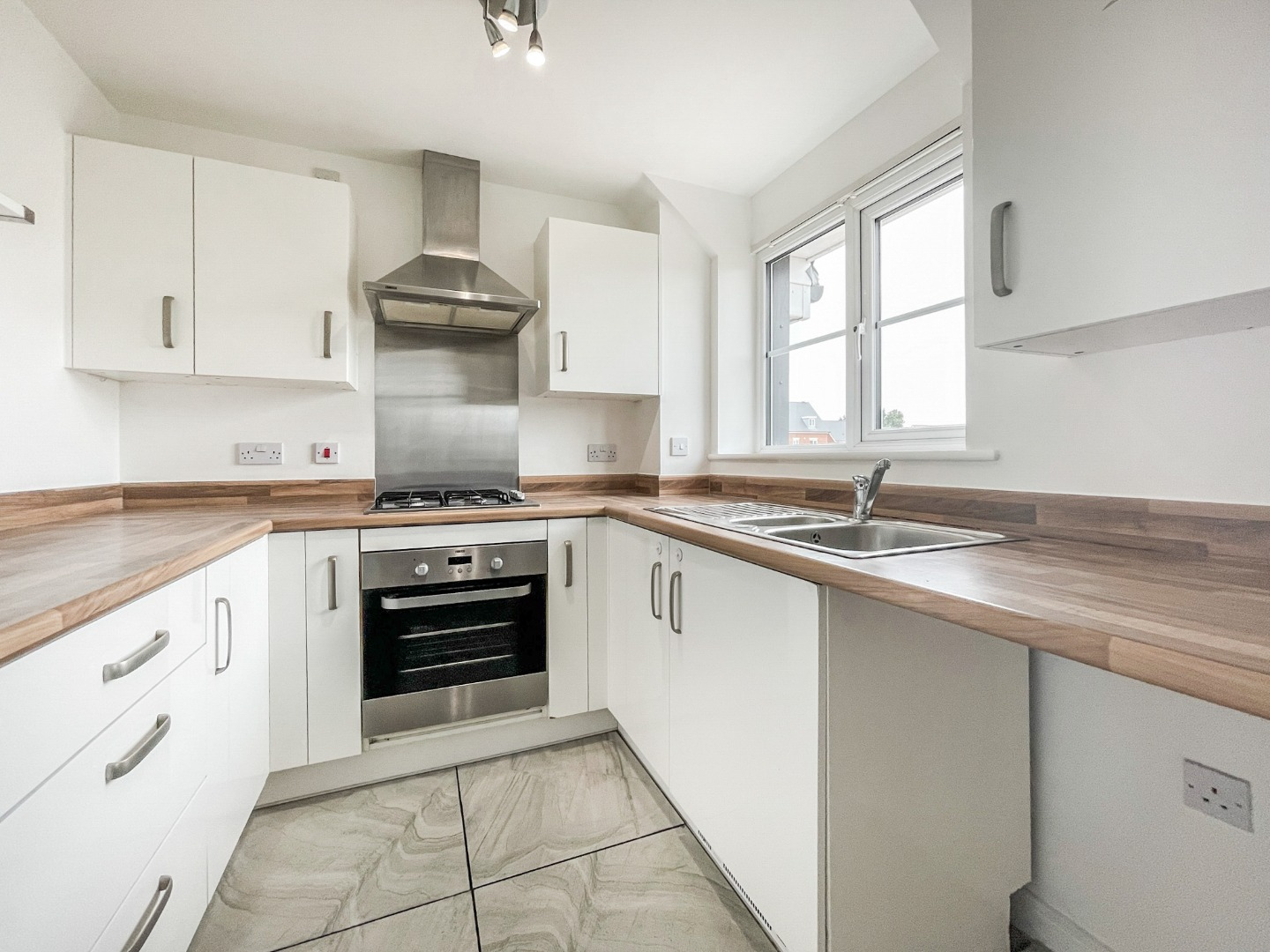 2 bed apartment to rent in Warwick Crescent, Laindon 4